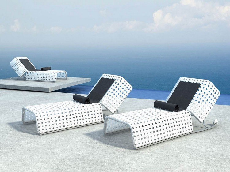 Muebles de piscina y objetos decorativos para crear una zona de descanso exterior